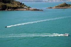 Bateaux outre de la côte de Jethou de Herm photo stock