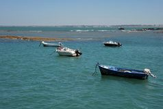 Bateaux outre de la côte près de la plage de la La Catalina à Cadix Images stock