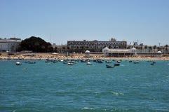Bateaux outre de la côte près de la plage de la La Catalina à Cadix Image stock