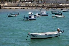 Bateaux outre de la côte près de la plage de la La Catalina à Cadix Photographie stock