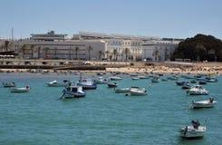 Bateaux outre de la côte près de la plage de la La Catalina à Cadix Photographie stock libre de droits