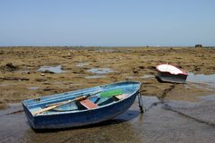 Bateaux outre de la côte près de la plage de la La Catalina à Cadix Photos libres de droits