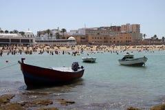 Bateaux outre de la côte près de la plage de la La Catalina à Cadix Images libres de droits