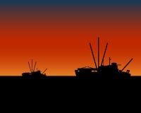 bateaux pêchant des récipients de coucher du soleil Photographie stock