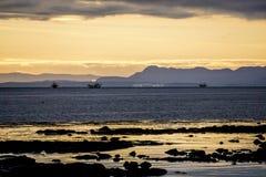 Bateaux pêchant en mer de l'Islande Près de Keflavik, l'Islande est images libres de droits