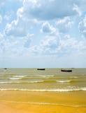 bateaux pêchant la mer Images libres de droits