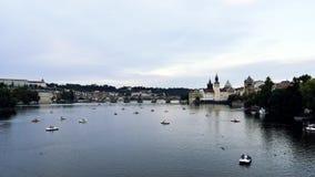 Bateaux passant la rivière à Prague au coucher du soleil banque de vidéos