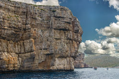 Bateaux passant les falaises énormes du parc national Croatie de Kornati Images stock