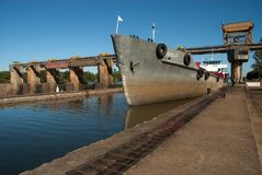 Bateaux passant par le barrage de polis de ³ d'Amarà photos libres de droits