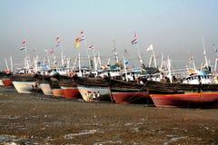 Bateaux pendant la marée basse, île d'Elephanta, Inde Photos stock
