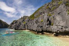 Bateaux philippins typiques à la plage Photos stock