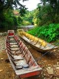 Bateaux près d'un fleuve du Bornéo photographie stock libre de droits