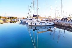Bateaux réfléchis sur la mer Faliro Grèce photographie stock