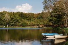 Bateaux réfléchissant sur le lac Photo libre de droits