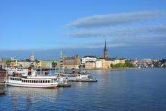 Bateaux regardant vers Riddarholmen et Sodermalm images libres de droits