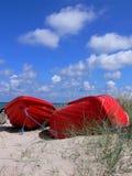 Bateaux rouges sur la plage Photographie stock