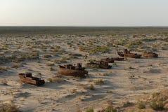 Bateaux rouillés d'ancienne flotte de pêche d'Aral Photographie stock libre de droits