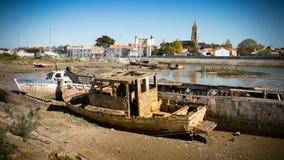 Bateaux rustiques sur des cimetières d'un bateau Photo stock