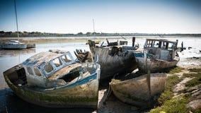 Bateaux rustiques sur des cimetières d'un bateau Image stock