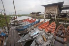 Bateaux se garant chez Rawa parquant le lac, Indonésie Photo libre de droits