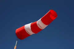 Bateaux se garant - indicateur de sens du vent photographie stock