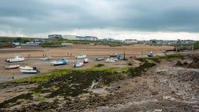 Bateaux se reposant sur la plage chez Bude photographie stock