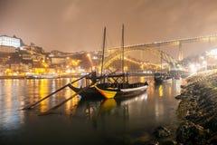 Bateaux sur l'eau calme à Porto la nuit Image libre de droits