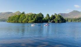 Bateaux sur l'eau de Derwent dans le district de lac Image libre de droits