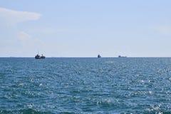 Bateaux sur l'horizon de la mer Aux bateaux de mer Image stock