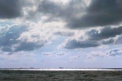 Bateaux sur l'horizon, mer orageuse, ciel sombre photo libre de droits