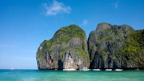 Bateaux sur la baie de l'île de Phi Phi Images stock