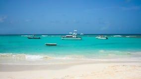 Bateaux sur la belle mer de turquoise en Barbade Photo libre de droits