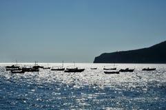 Bateaux sur la mer brillante Photographie stock