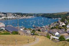 Bateaux sur la mer et le ciel bleus des Cornouailles de rivière de Fowey Images stock