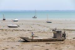 Bateaux sur la plage à marée basse dans Cancale Image stock