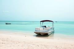 Bateaux sur la plage au Palm Beach sur l'île d'Aruba Images stock