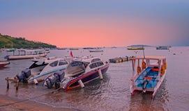 Bateaux sur la plage chez Gili Trawangan en Indonésie au coucher du soleil Photo libre de droits