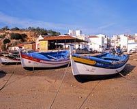 Bateaux sur la plage d'Alvor Image stock