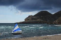 Bateaux sur la plage dans Cabo De Gata, Almeria Images stock