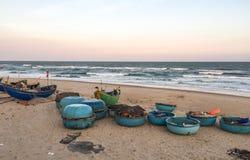 Bateaux sur la plage dans Phuoc Hai, Vietnam Photographie stock libre de droits