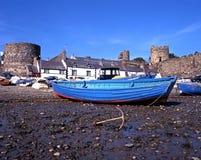 Bateaux sur la plage de Conwy Photos libres de droits