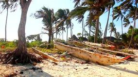 Bateaux sur la plage de la Tanzanie banque de vidéos