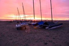 Bateaux sur la plage de sable Image libre de droits