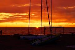 Bateaux sur la plage de sable Photo stock