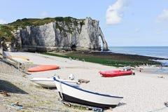 Bateaux sur la plage de station de vacances et la vue de la falaise dans Etretat Image libre de droits