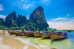 Bateaux sur la plage en Thaïlande Photo stock