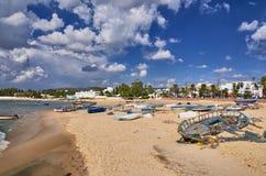Bateaux sur la plage ensoleillée Hammamet, Tunisie, la mer Méditerranée, Afric Photographie stock libre de droits
