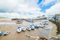 Bateaux sur la plage sablonneuse à marée basse dans la baie de Tenby, Pays de Galles Photographie stock libre de droits