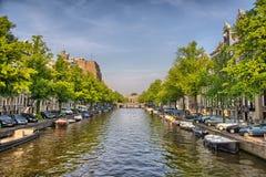 Bateaux sur la rivière d'Amstel à Amsterdam en Hollande, Pays-Bas, HDR image stock