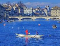 Bateaux sur la rivière de Limmat pendant Zurich Samichlaus-Schwimmen Photos stock
